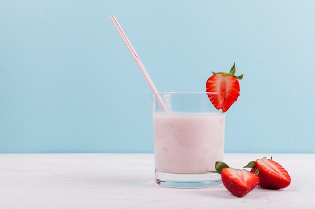 Fresa con batido de yogurt.