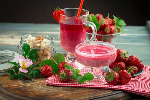 Fresa dulce y batidos saludables sobre la mesa.