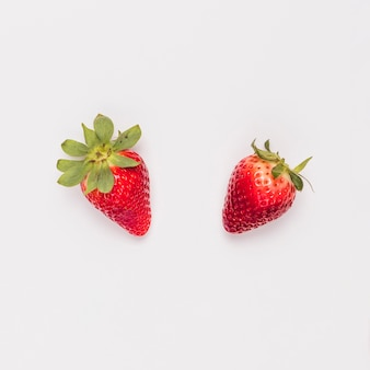Fresa dulce roja sobre fondo blanco