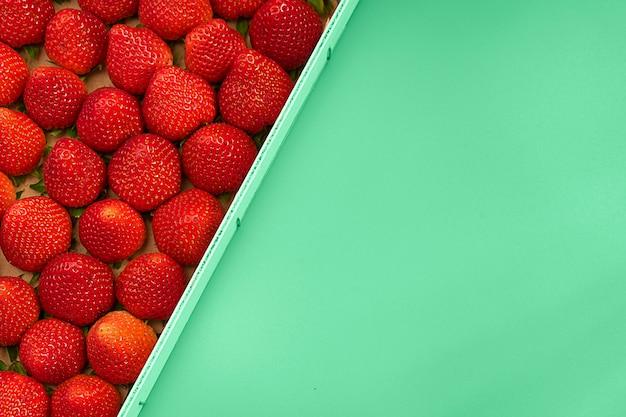 Fresa fresca en caja de madera. antecedentes