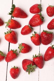 Fresa fresca sobre una mesa blanca