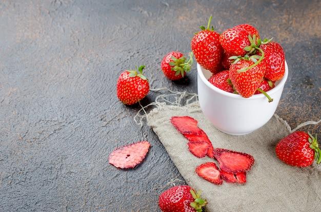 Fresa jugosa madura, fruta seca, chips y pastillas de fresas.