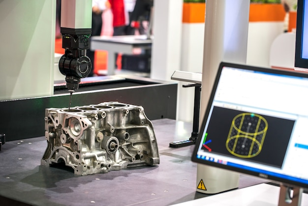 Fresadora cnc para trabajar metales. tecnología de procesamiento moderna de corte de metal.