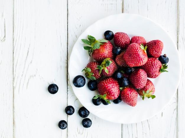 Fresas y arándanos en placa.