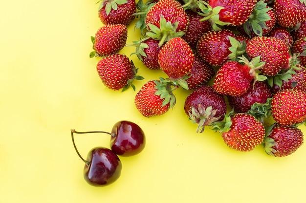 Fresas y cerezas frescas