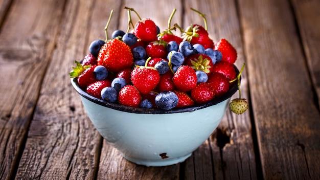 Fresas frescas y arándanos