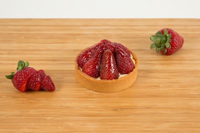 Fresas frescas en la mesa de madera