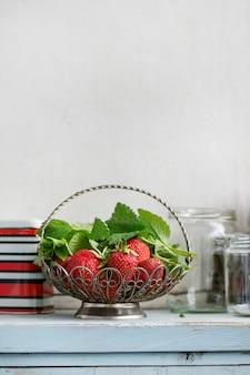Fresas frescas y hierbas melissa