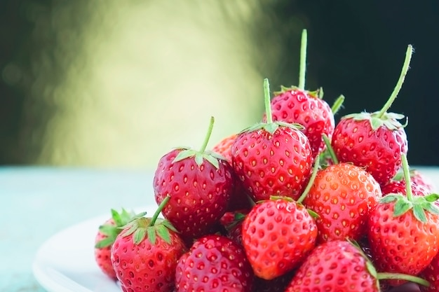 Fresas frescas sobre fondo claro degradado dorado