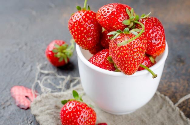 Fresas frescas en una taza