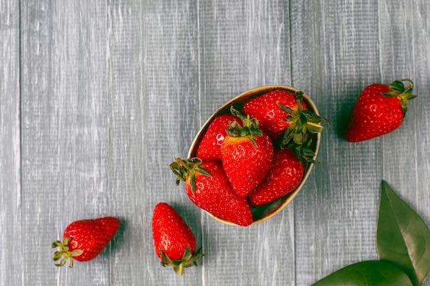 Fresas jugosas frescas en luz