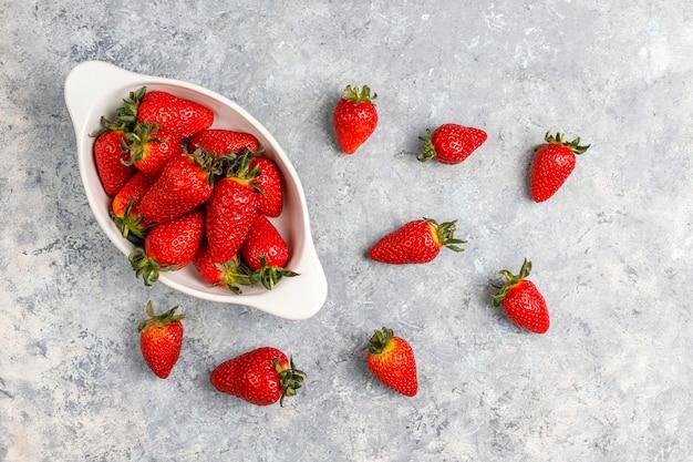 Fresas jugosas frescas sobre fondo claro, vista superior