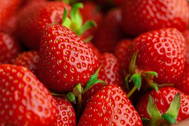 Fresas maduras y dulces. bayas maduras de verano.