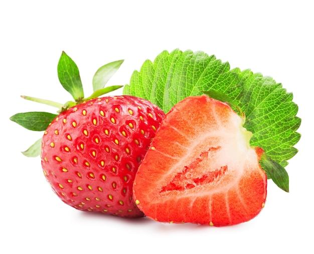 Fresas maduras frescas sobre un fondo blanco.
