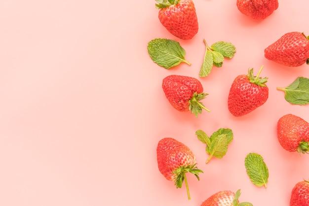 Fresas maduras y hojas de menta.
