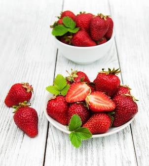 Fresas maduras en mesa de madera