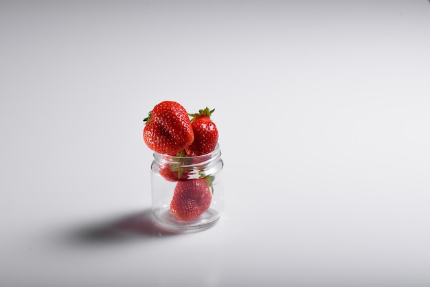 Fresas orgánicas frescas aisladas en un fondo blanco.