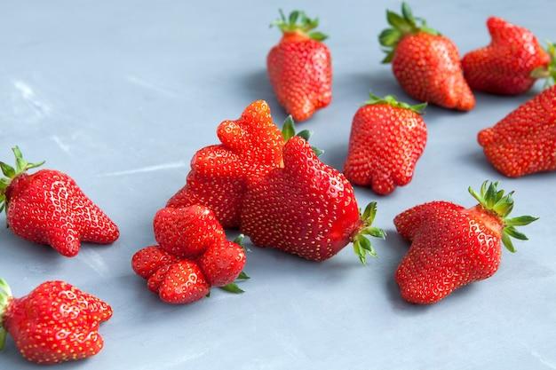 Fresas orgánicas de fruta fea de forma inusual