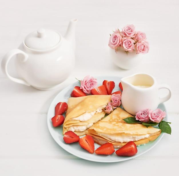 Fresas y panqueques. maslenitsa semana de panqueques.