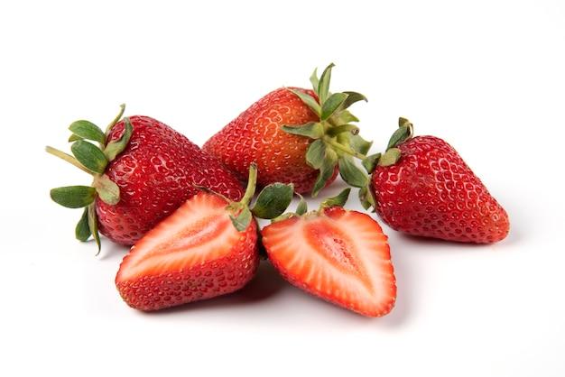 Fresas rojas frescas con hojas verdes