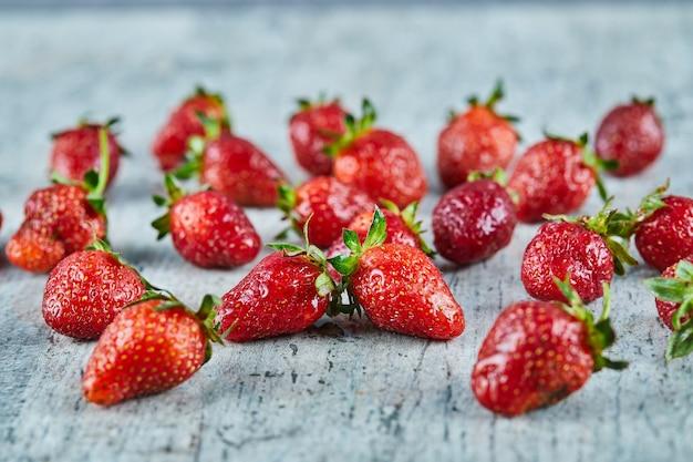 Fresas rojas frescas sobre superficie de mármol