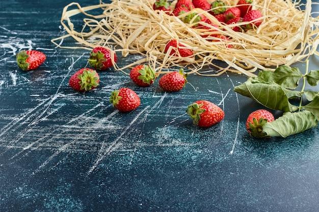 Fresas rojas en un nido.