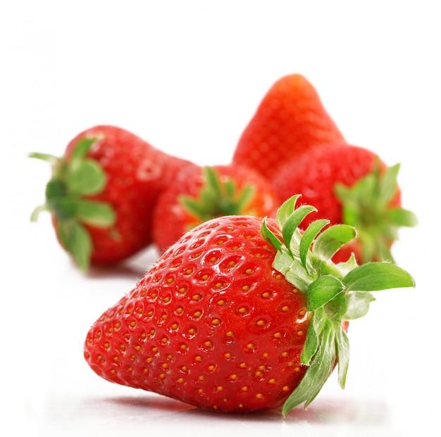 Fresas sobre fondo blanco.