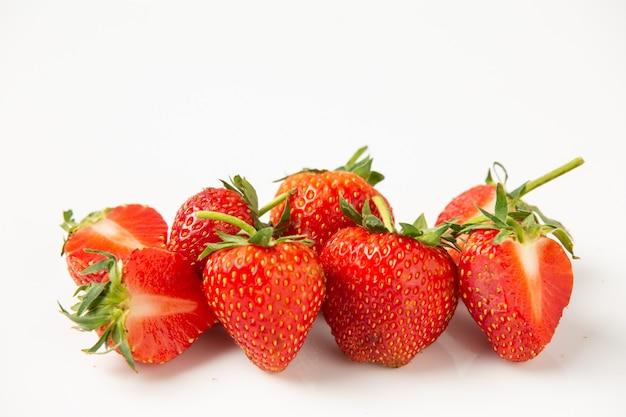 Fresas sobre un fondo blanco.