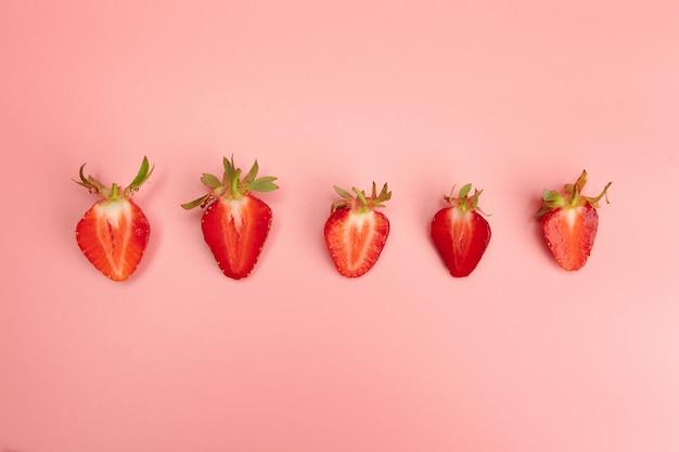 Fresas sobre fondo rosa. concepto de alimentos orgánicos frescos