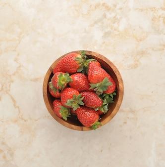 Fresas en un tazón de madera