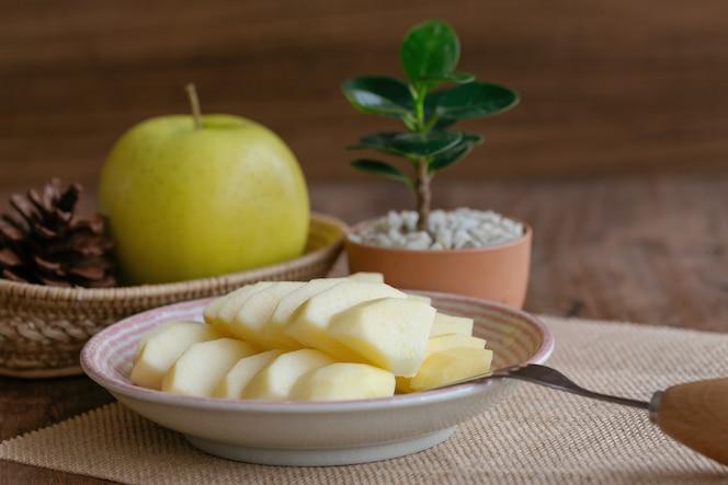 Fresca manzana de oro shinano cortada y cortada a la pieza lista para comer.