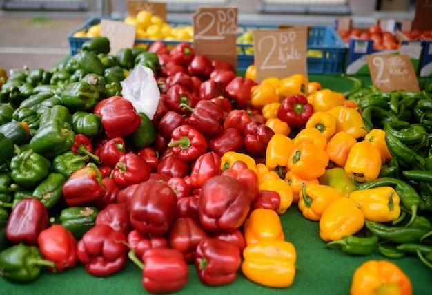 Fresca y saludable bio pimentón rojo, verde y amarillo en mercado agrícola de granjeros