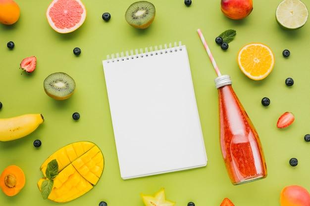 Fresco colorido, plano, con frutas y jugos.
