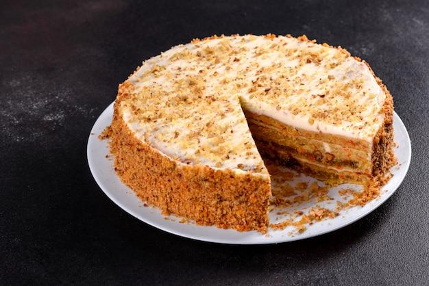 Fresco delicioso pastel de zanahoria con crema. tarta de zanahoria con glaseado batido