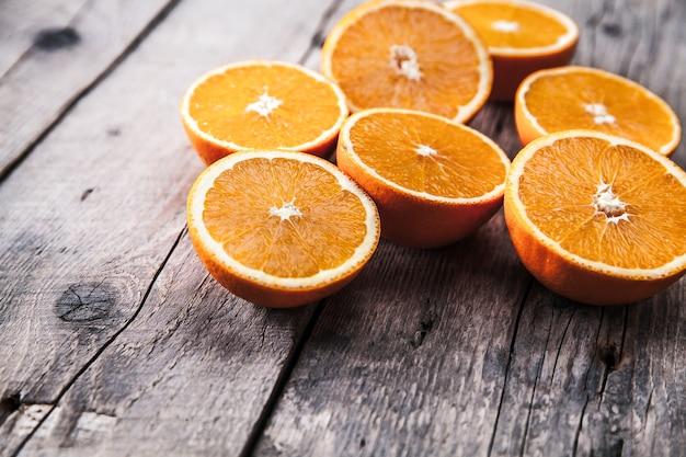 Fresco, naranja sobre una mesa de madera