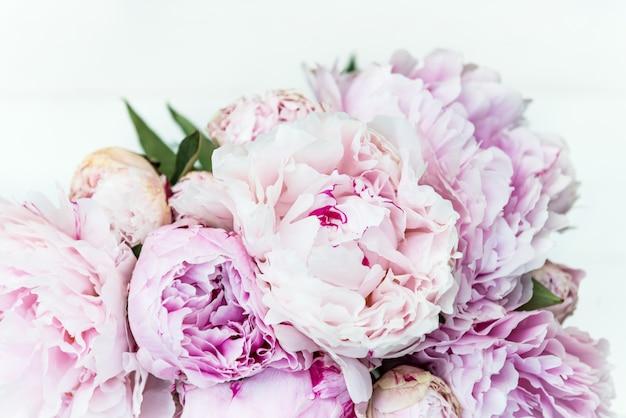 Fresco racimo de peonias rosas y blancas.