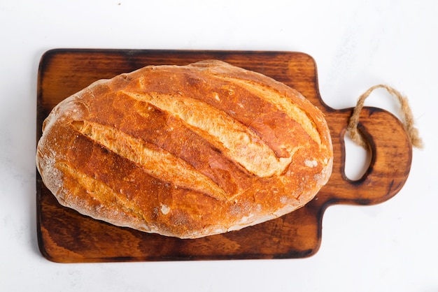 Freshy horneado pan casero en una mesa de mármol gris claro de cerca