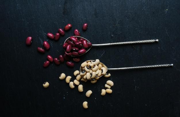 Frijoles crudos en cuchara