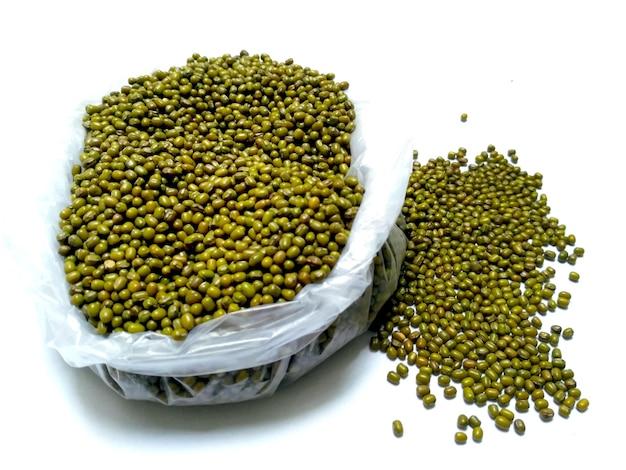 Frijoles mungo verde también conocido como mung dal, vigna radiata, judías verdes o moong dal aislado sobre fondo blanco.
