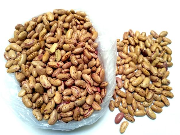 Los frijoles rojos también se conocen como frijoles azuki o semillas de rajma aislado sobre fondo blanco.