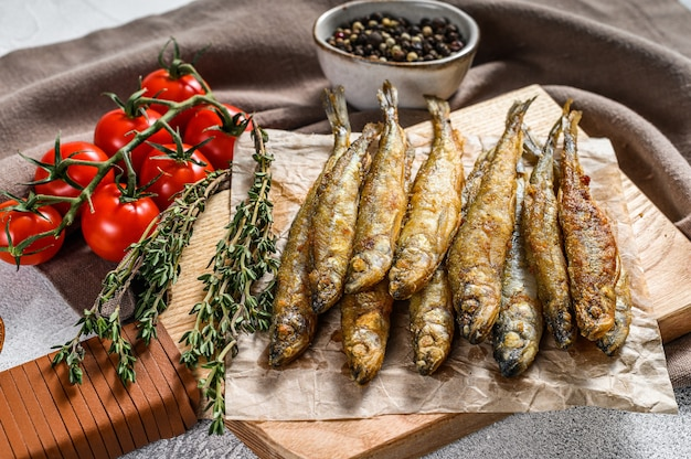 Frito olía, espadines. pescado frito pequeño. fondo gris. vista superior.