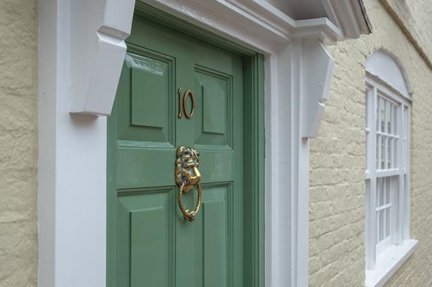 Frontdoor of english mansion en londres gran bretaña