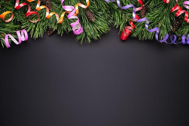 Frontera de decoración navideña festiva. fondo negro con espacio de copia
