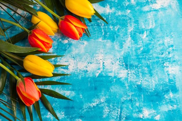 Frontera de flores sobre fondo grunge pintado