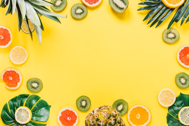 Frontera de hojas y frutas exóticas