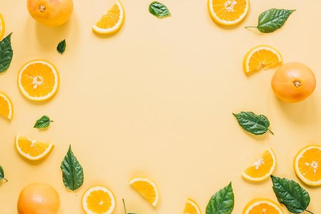 Frontera de naranjas y hojas