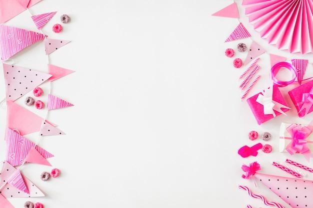 Froot loops caramelos; regalo de cumpleaños y accesorios de fiesta sobre fondo blanco