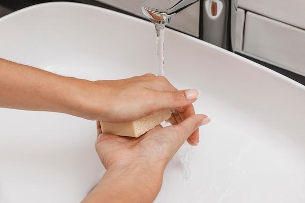 Frotar jabón en las manos para una buena limpieza.