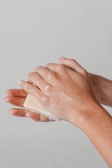 Frotarse las manos con un bloque de jabón concepto de higiene