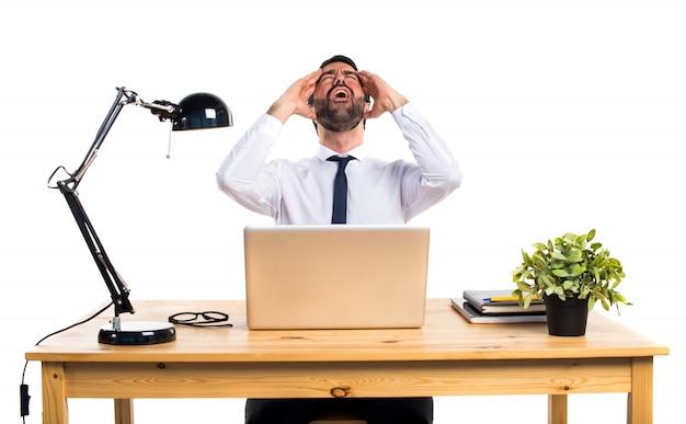 Frustrado hombre de negocios en su oficina